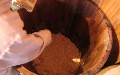 味噌樽にたたきつけます
