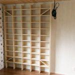 壁一面のマンガ用本棚を設置した