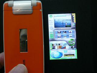 小型IPS液晶と携帯比べてみた