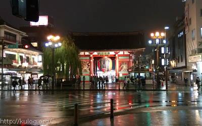 雨の中の雷門